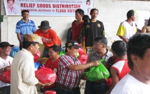 AKSYON KAAGAD. A team, with Vice Gov. Santiago B. Cane, Jr. immediately distributes relief goods and medicines to flood victims